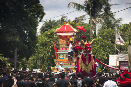 UBUD, BALI - JANUARY 2018: A funeral and cremation ceremony in a little  village near Ubud on Bali island in Indonesia Фото со стока - 120168024