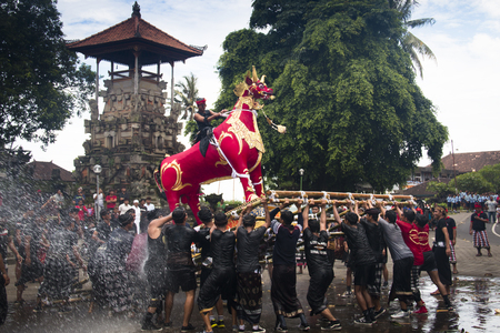 UBUD, BALI - JANUARY 2018: A funeral and cremation ceremony in a little  village near Ubud on Bali island in Indonesia Фото со стока - 120168027