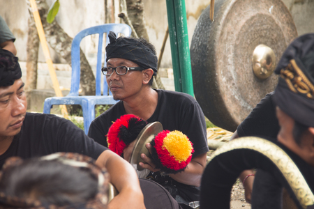 UBUD, BALI - JANUARY 2018: A funeral and cremation ceremony in a little  village near Ubud on Bali island in Indonesia Фото со стока - 120168030
