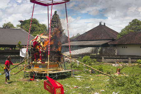 UBUD, BALI - JANUARY 2018: A funeral and cremation ceremony in a little  village near Ubud on Bali island in Indonesia Фото со стока - 120168015