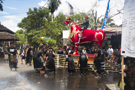UBUD, BALI - JANUARY 2018: A funeral and cremation ceremony in a little  village near Ubud on Bali island in Indonesia Фото со стока - 120168016
