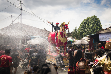 UBUD, BALI - JANUARY 2018: A funeral and cremation ceremony in a little  village near Ubud on Bali island in Indonesia Фото со стока - 120167995