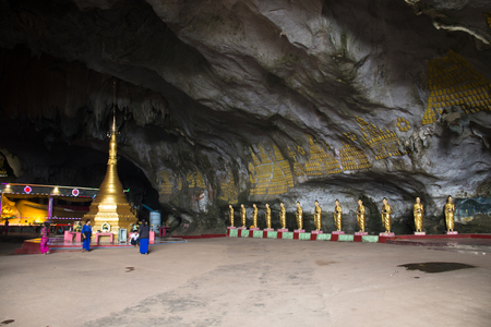 HPA-AN, MYANMAR – MARCH 2018: Religious statues in the Sadan cave near Hpa-An in Myanmar Фото со стока - 120168063