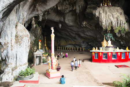 HPA-AN, MYANMAR – MARCH 2018: The entrance of the Sadan cave near Hpa-An in Myanmar Фото со стока - 120168064