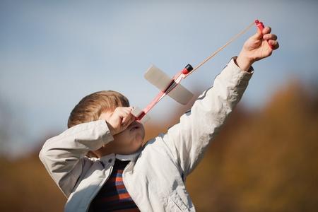 Boy est l'envoi d'un modèle d'avion. Le moment du lancement. Banque d'images