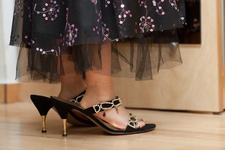 Pieds de petite fille dans de gros souliers de la mère de taille Banque d'images