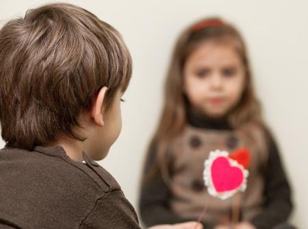 niÑos contentos: Niña y niño con el corazón rojo Foto de archivo