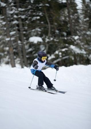 slalom: Młody narciarz w zawodach zjazdowych slalomowe