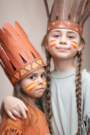 ni�os actuando: Dos hermanas vestidos como indios