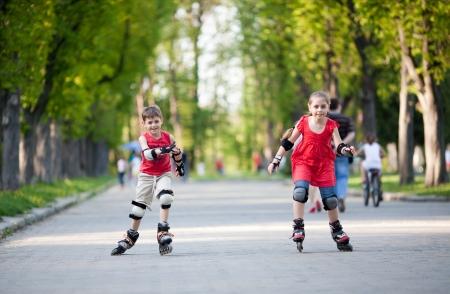 Petit garçon et fille en rollers concurrentes