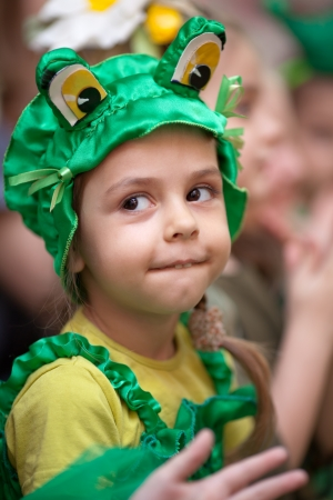 Petite fille dans le carnaval costume de grenouille Banque d'images
