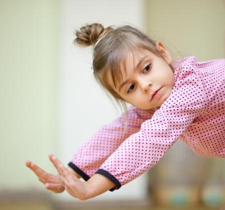 Petite fille de 5 ans en faisant des exercices de sport, gros plan Banque d'images