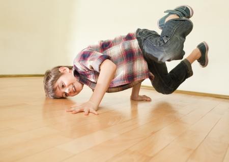 niños bailando: Niño pequeño que se coloca en ambas manos. Cuerpo casi horizontal Foto de archivo
