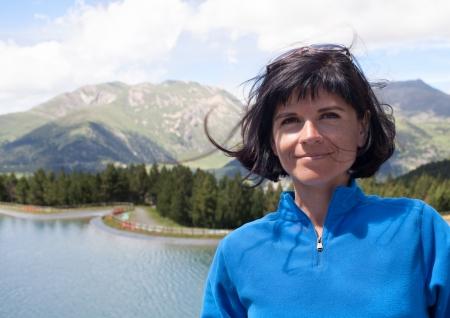 Portrait d'une femme attrayante dans les montagnes près du lac