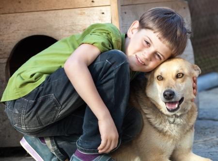 feeling positive: Retrato sincero muchacho joven con perro. Sentimiento positivo Foto de archivo