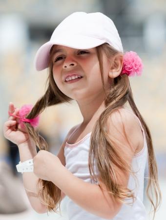 Adorable petite fille faire avec des queues de cheveux