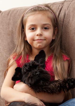 Portrait d'une petite fille avec un chien Banque d'images