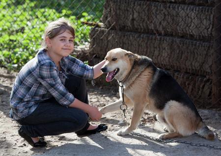 feeling positive: Ni�a Candid sosteniendo perro callejero. Sentimiento positivo