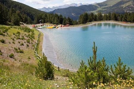 Paysage idyllique avec lac et montagne