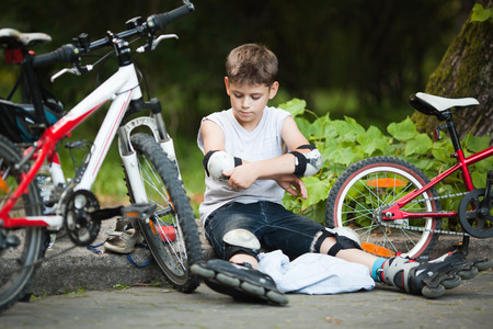 kneepad: Young boy getting ready for inline skating