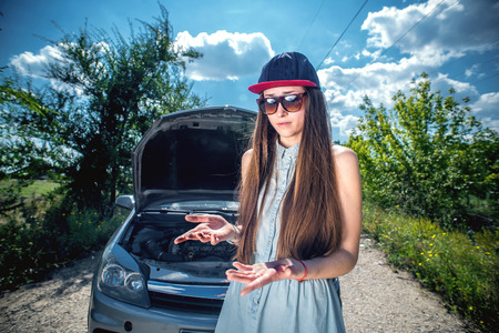 manos sucias: retrato de la joven y bella mujer con las manos sucias despu�s de reparar el coche. Foto de archivo