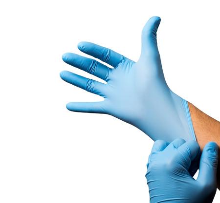 Arts brengen op beschermende handschoenen, geïsoleerd op wit.