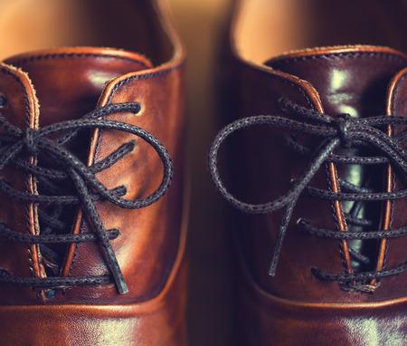 갈색 가죽 남자 신발의 닫습니다