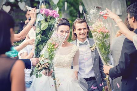 Net getrouwd stel met een regen van rozenblaadjes.