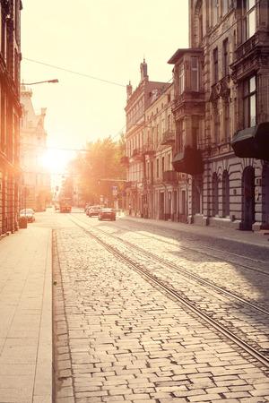 Oude stad in Europa bij zonsondergang.
