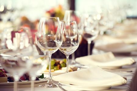 Close-up foto van lege glazen in een restaurant. Selectieve aandacht. Stockfoto