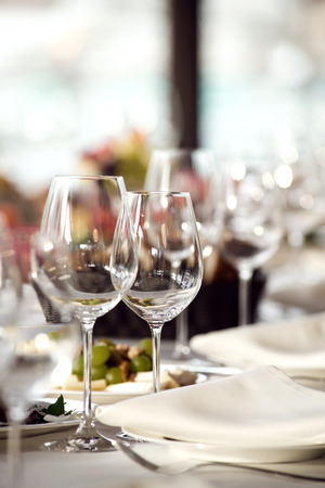 Close up picture of empty glasses in restaurant. Selective focus. Standard-Bild