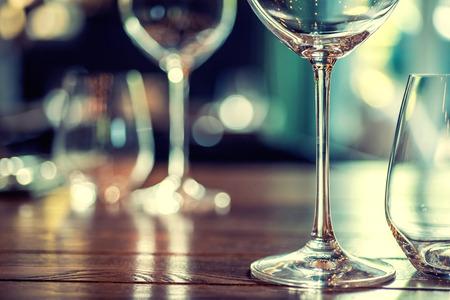 bebiendo vino: Cierre de imagen de vasos vac�os en el restaurante. Foto de archivo