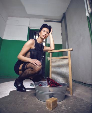 pin up vintage: Pin up, foto stile vintage di donna fare il bucato.
