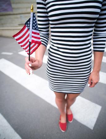 vrouw de hand houden Amerikaanse vlag.