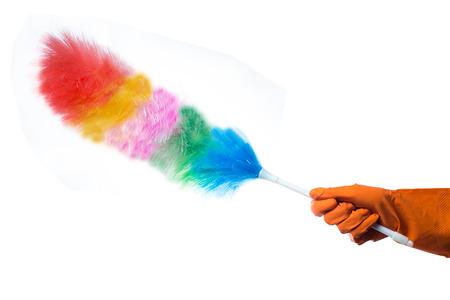 Hand in rubberen handschoen met een stofdoek op een witte achtergrond
