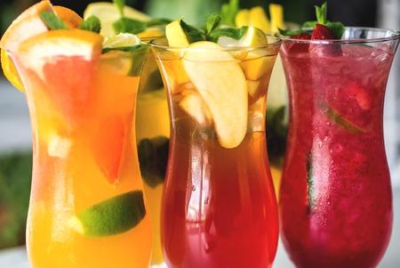 Verschillende koude verfrissende cocktails op houten tafel. Selectieve focus