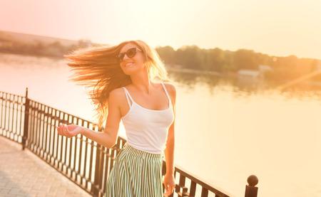 Portret van mooie vrouw plezier in stadspark.