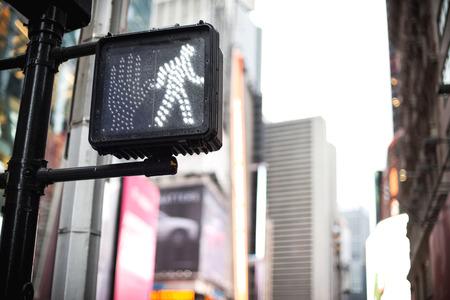 Crosswalk ok sign on a Manhattan Traffic Light - New York City Standard-Bild