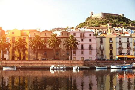 De stad Bosa en het oude kasteel gebouwd door de Markies van Malaspina in 1112 bij zonsondergang, Oristano, Sardinië, Italië