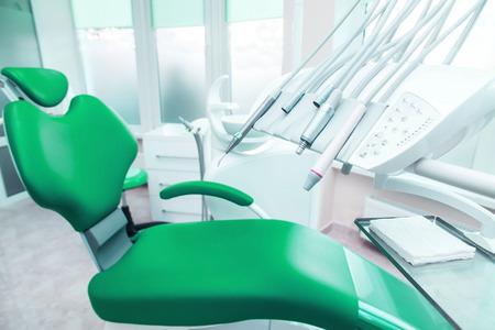 Verschillende tandheelkundige instrumenten en hulpmiddelen in een tandarts kantoor.