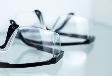 Verschillende een veiligheidsbril op een witte tafel in een kantoor van de tandarts.