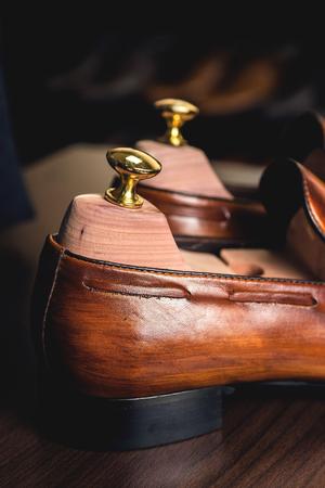 Cierre de imagen de los zapatos de los hombres de cuero en el fondo de madera