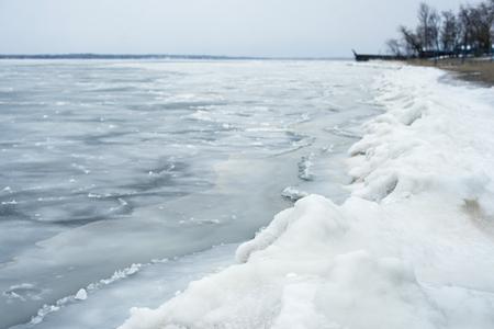 Beau paysage d'hiver sur le lac blanc gelé. Banque d'images - 70614607