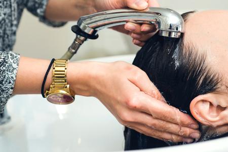 Kapper wast de meisjes hoofd in de kapper