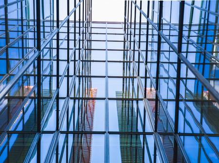 lineas horizontales: Ventana de cristal del edificio de la vista de perspectiva Editorial