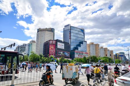 中関村、215 の朝、中国の中関村北京海淀 HuangZhuang で動作するように人をいっぱい押し込める北京 6 月。