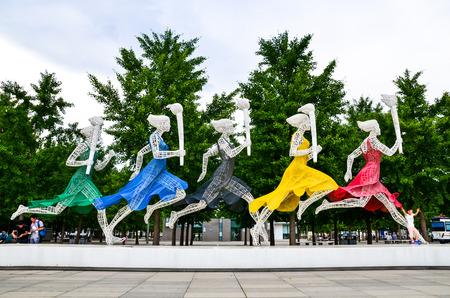 deportes olimpicos: Nacional Centro de Deportes Ol�mpicos, Beijing-2015-5 Augest antorcha de la mano Estatua del arte Editorial