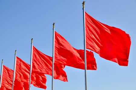 青い空の下ではためく赤い旗