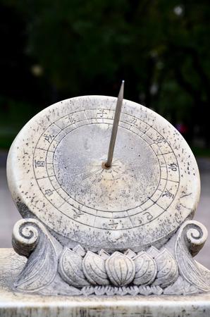 中国の日時計であった人気までの機械式時計は中国に導入されました。 写真素材 - 64999010
