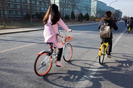 北京、中国・北京市自転車の共有をなくし中国 2017年 2 月 2 少女。